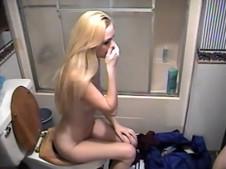 Blondine wird beim Pissen gefilmt