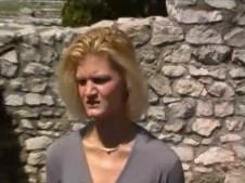 Geile Blondine pisst Outdoor