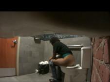 Schwarzes Luder beim Pissen gefilmt