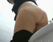Fette Mutter beim Urinieren gefilmt