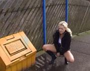 Junge Blondine beim Pissen outdoor gefilmt