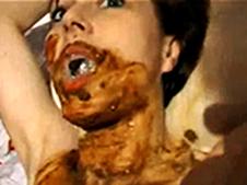 Kaviar Sklavin wird vollgekackt