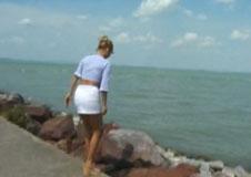 Sie pisst öffentlich am Strand